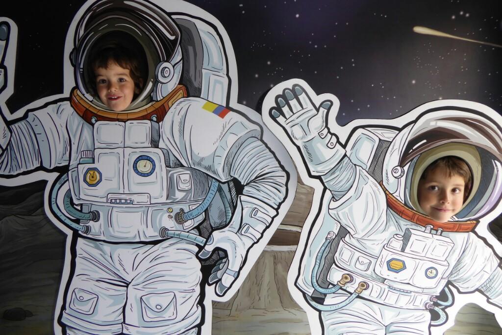 En la entrada del planetario  haciendo de Yuri (Gagarin)