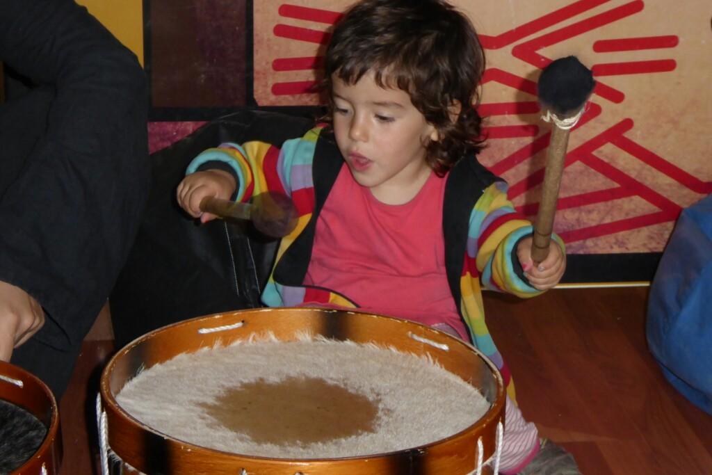 Y para descargar emociones una buena sesión de percusiones en el pabellón para los más pequeños