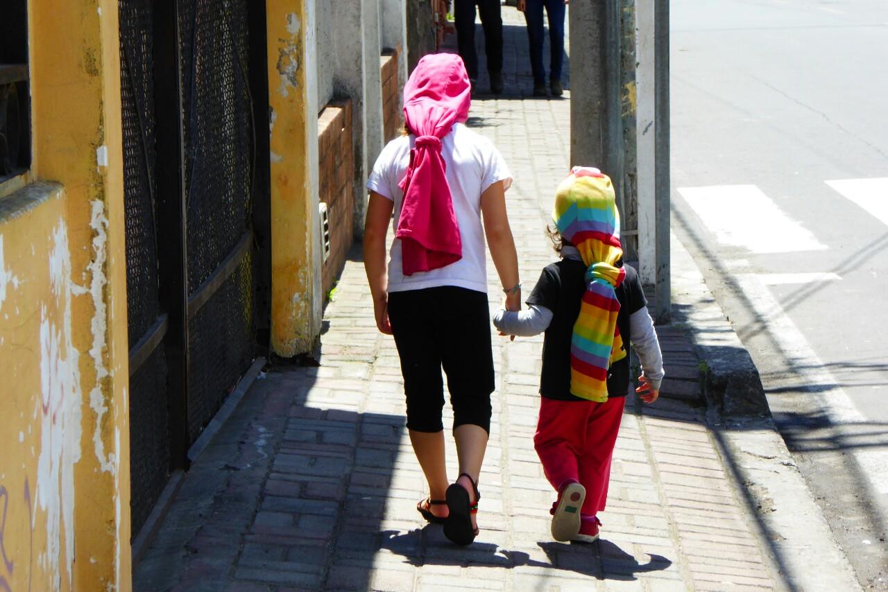 De paseo. Desde que estuvimos en el Cusco Jana y Bruna piden tener el pelo largo. Mientras no les crece  han decidido utilizar sus chaquetas como pelucas...