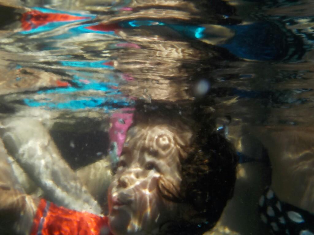 Bruna bajo el agua... y le gusta!