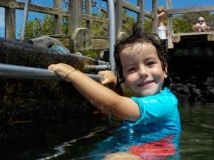 Bruna sigue de cerca a Jana en el agua