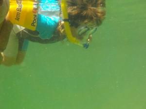 Jana está encantada de poder nadar sola mirando y respirando bajo elmagua