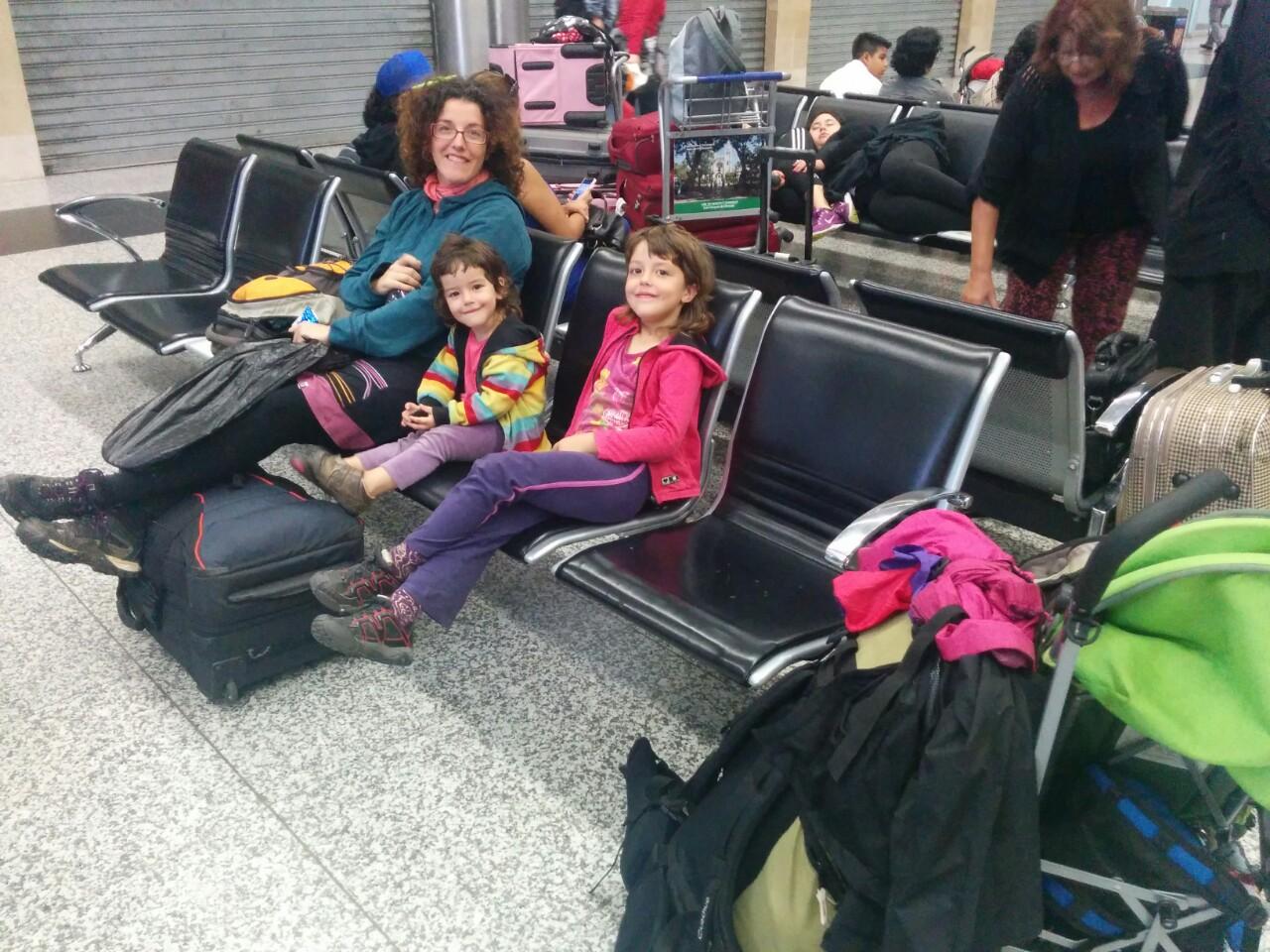 De madrugada, esperando en el aeropuerto de Guayaquil. Aquí no hay quien duerma
