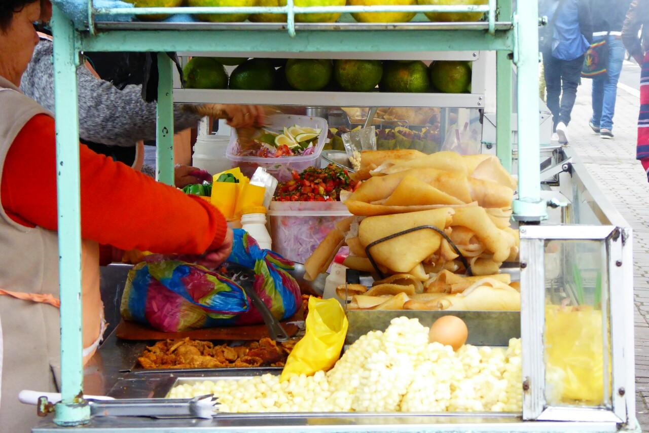 Mientras los pequeños puestos de comida no paran: ceviches, chochos, mote, maiz tostado dulce o salado, cuero tostado,...