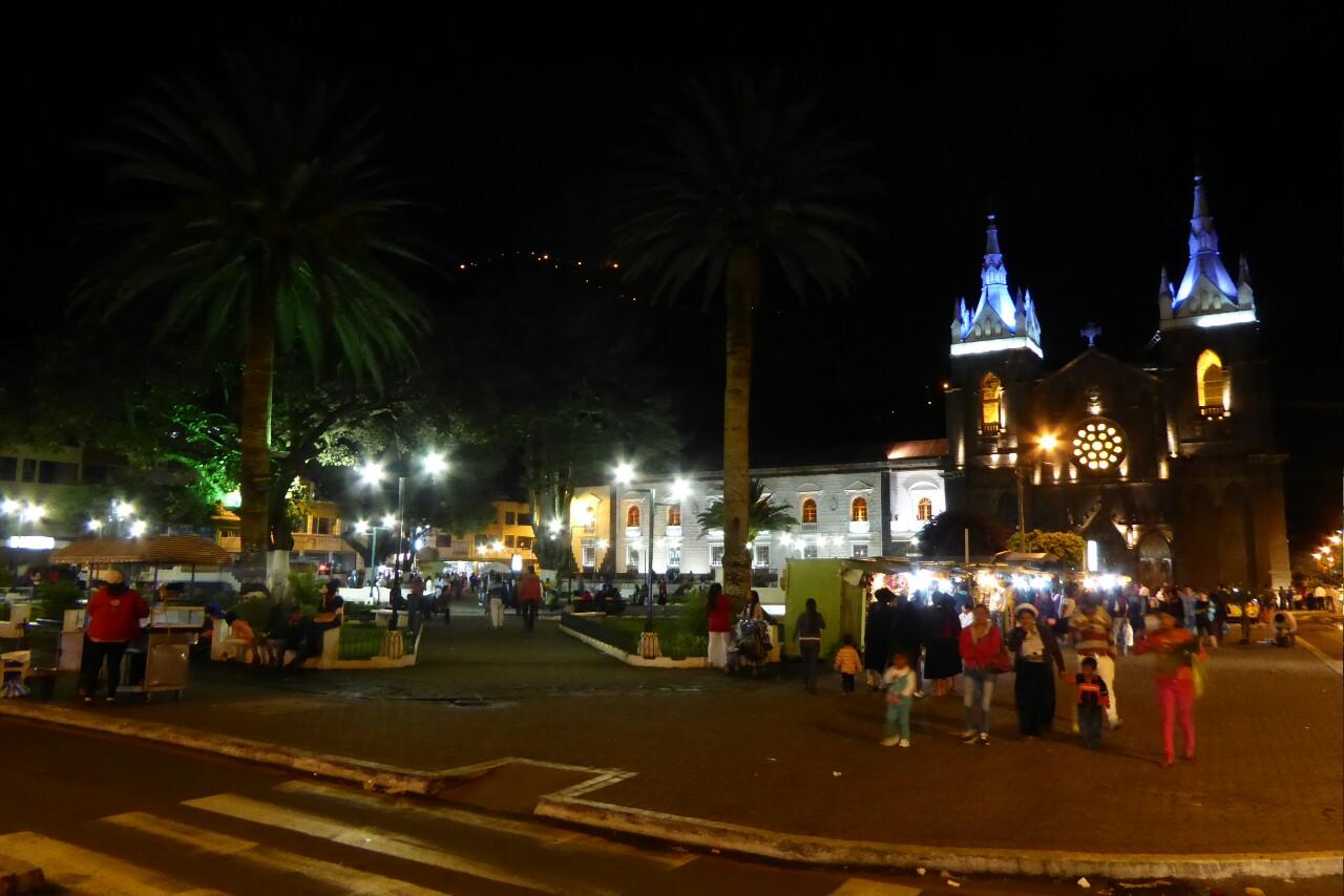 Por fin, de noche, la plaza empieza a recuperar la calma
