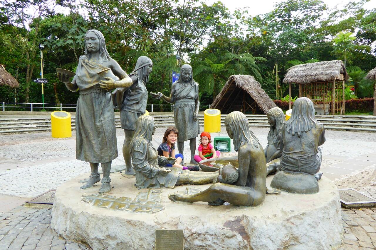Al principio del malecón hay un monumento homenaje a las mujeres de las diferentes naciones de la zona de Pastaza