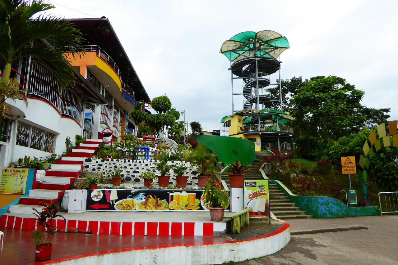 Los restaurantes y el mirador, desde el que se tiene una privilegiada vista sobre Puyo