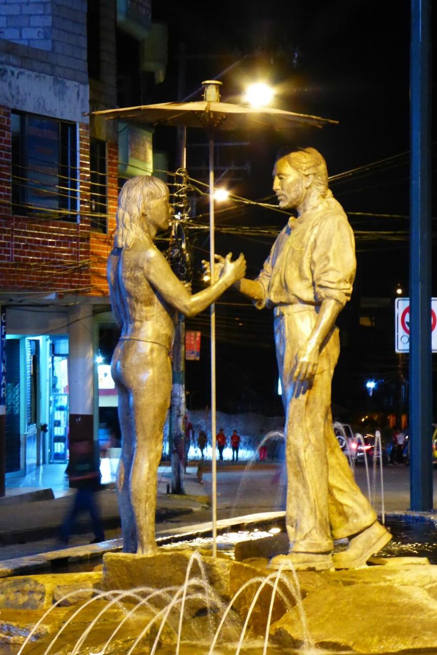 Estatua de un indio y un mestizo en la entrada de a calle Atahualpa, es uno de los símbolos de la ciudad