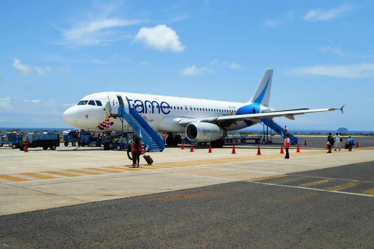 Si estamos en abril, este avión nos lleva a las Galápagos!