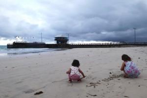 ... y escribir en la arena!