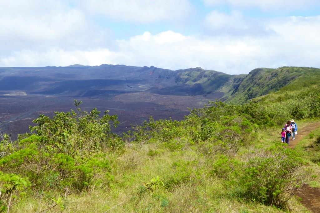 Paseando junto a la boca del volcán