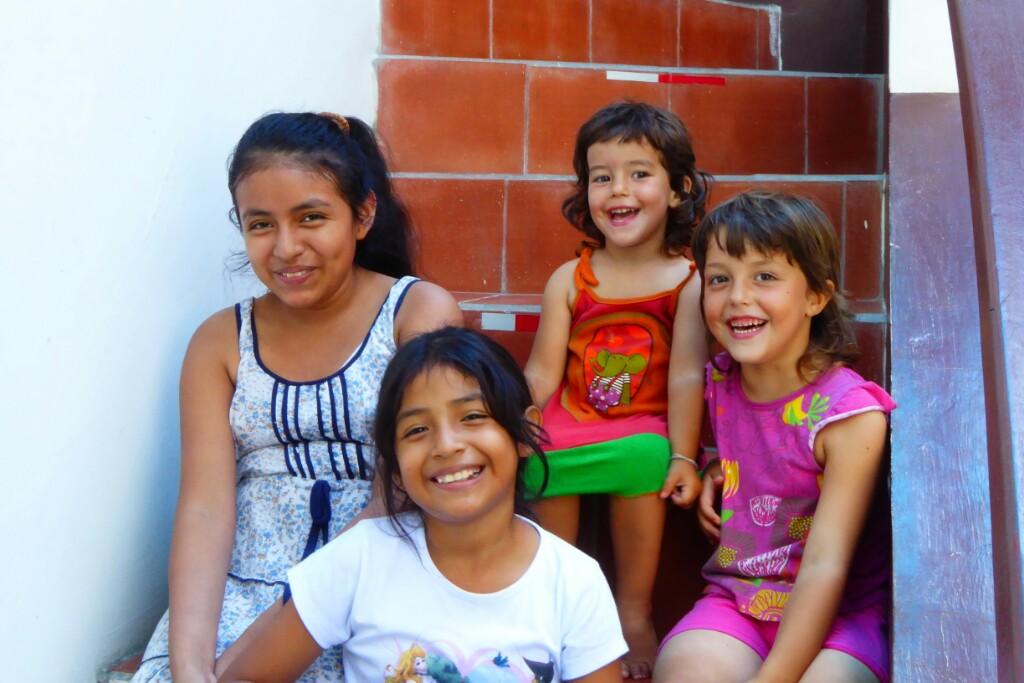 """10 días juntas dan para muchas horas de juegos compartidos. Valia y Mía son ahora sus """"amigas de las Galápagos"""""""