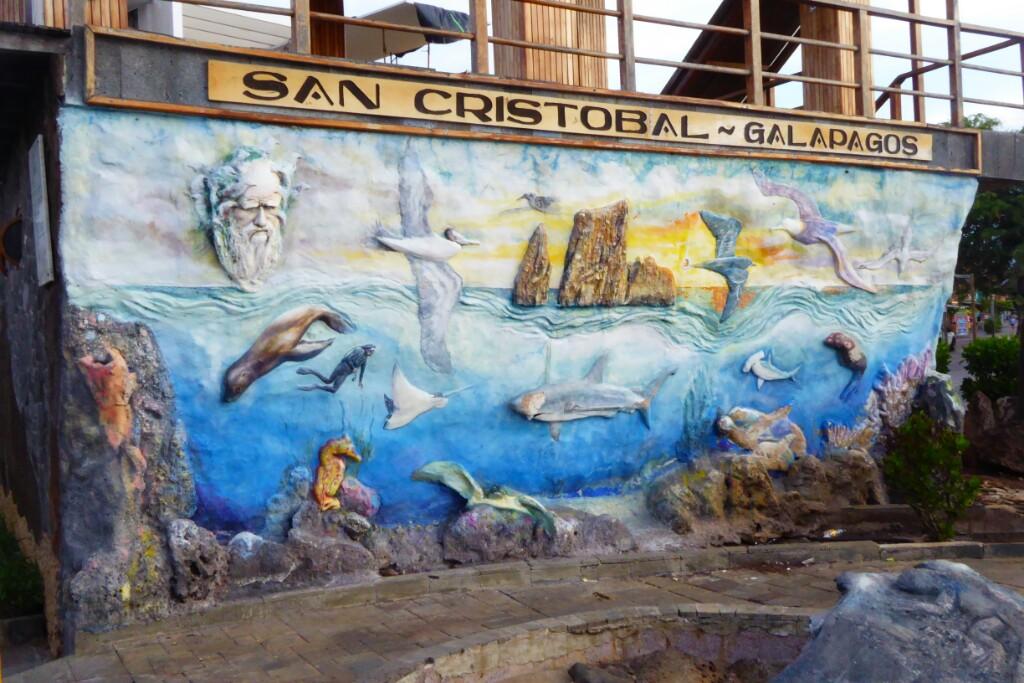 Mural en el malecón, atención a Darwin en la esquina superior izquierda con un halo de pinzones
